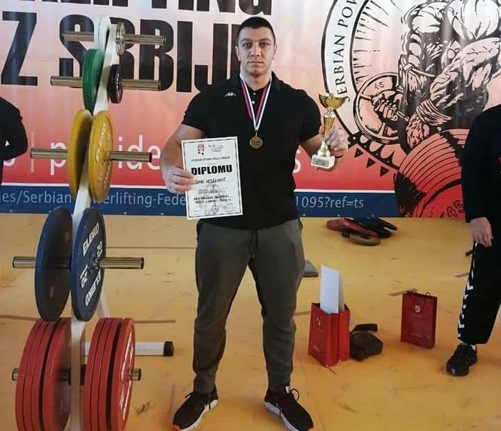 Zlatna medalja za Dina Veselinovića iz Vranja u RAW bench press-u