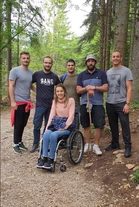 """Ekipa mladih ljudi pomogla je devojci u invalidskim kolicima da dođe do vidikovca Banjska stena i vidi Taru ,,kao na dlanu"""""""