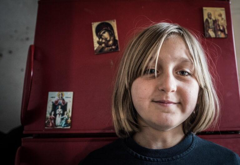 Пред иконом мајке Божије, осмехом пуним наде, Соња (9) машта о новој кући!